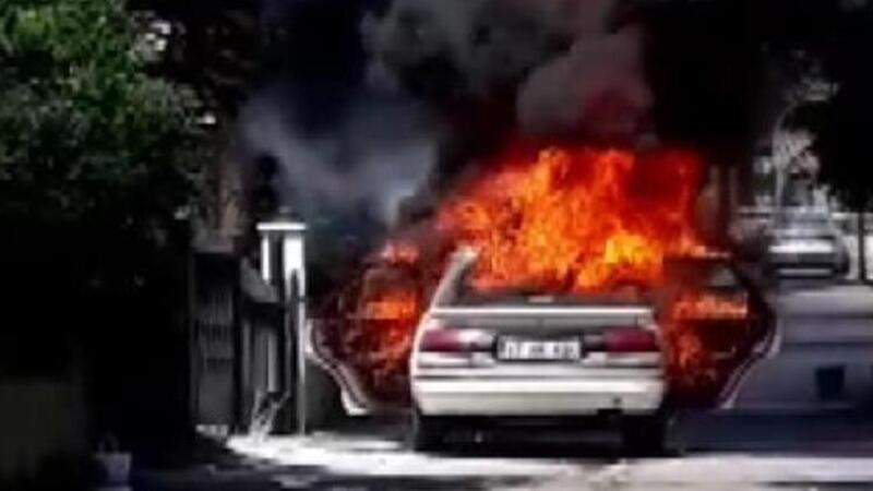 Pendik'te yanan otomobil kullanılamaz hale geldi