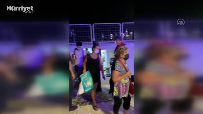 İskeledeki vatandaşlar çıkarma gemisiyle tahliye ediliyor