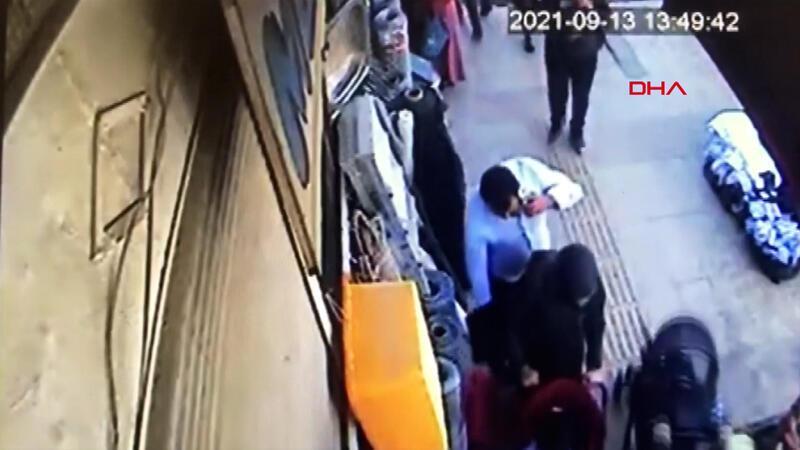 Bebeğiyle yürüyen kadının telefonunun çalınma anı kamerada