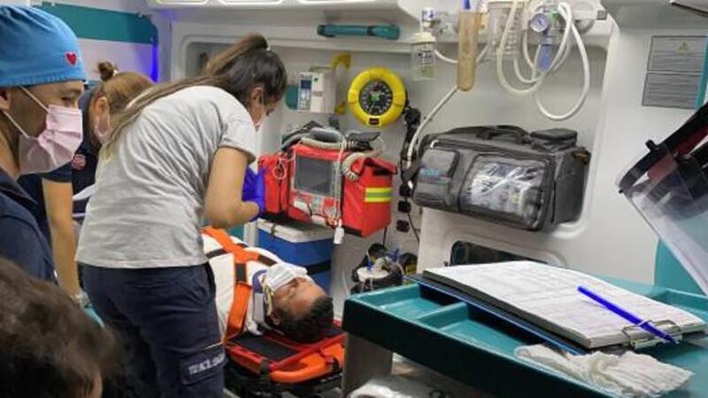 """Kocaeli'de kaza sonrası yaralanan otobüs şoförü, """"Çalışmam lazım"""" diyerel ambulanstan inmek istedi"""