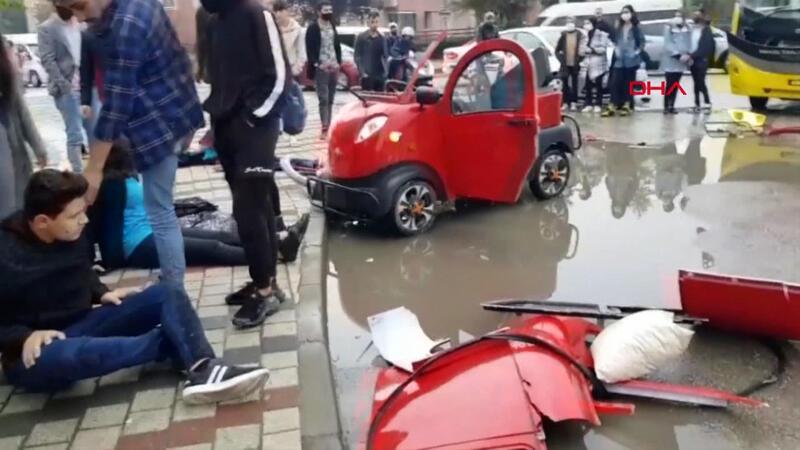 Halk otobüsüyle elektrikli araç çarpıştı: 3 öğrenci yaralı