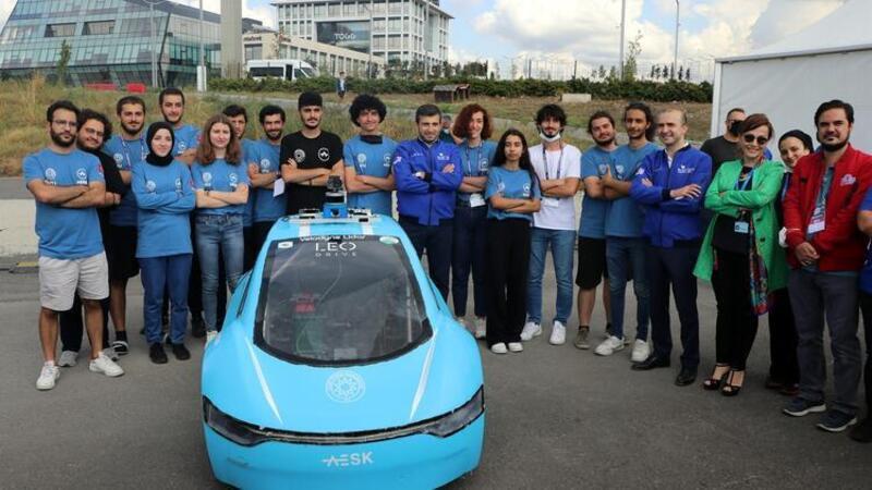 TEKNOFEST Yönetim Kurulu Başkanı Bayraktar, otonom araç yarışmasına katılan araçları inceledi