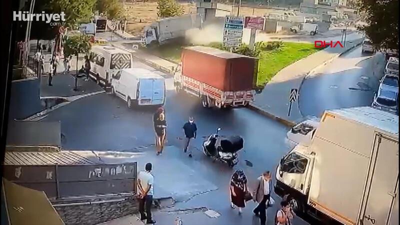 Güngören'de kamyonetin metro durağının girişine çarptığı kaza kamerada