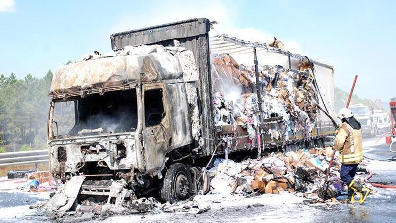 Kuzey Marmara Otoyolu'nda tekstil ürünleri taşıyan bir tır yandı
