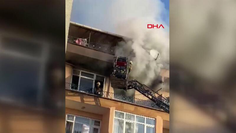 Bağcılar'da dört katlı binanın üçüncü katı yandı