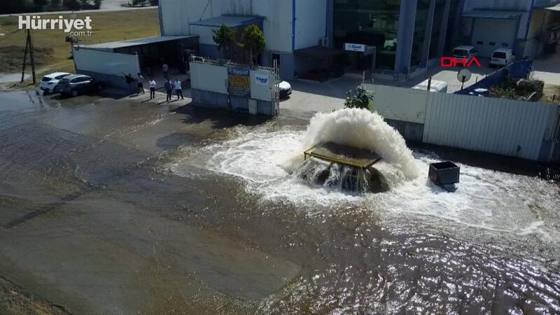 Sultanbeyli'de boru patladı; cadde ve fabrika bahçesi göle döndü