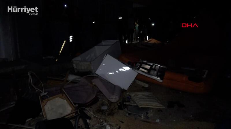 İzmir'de ev sahibinin 'evden çık' dediği kiracı, eşyaları sokağa fırlattı