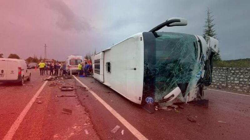 Bartın'da feci kaza! Otomobil ile çarpışan otobüs devrildi