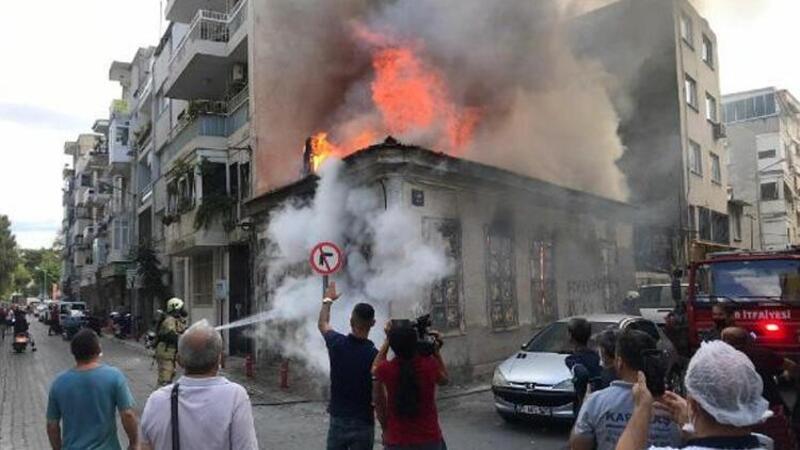 İzmir'de metruk ev alev alev yandı
