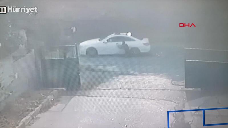 Başakşehir'de polis kaçan otomobilde asılı kaldı