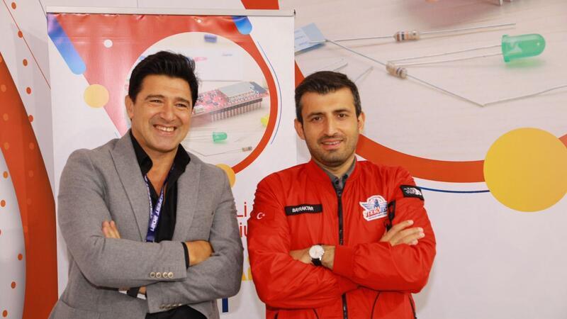 Teknofest Yönetim Kurulu Başkanı Selçuk Bayraktar, projelerin detaylarını Hakan Ural'a anlattı