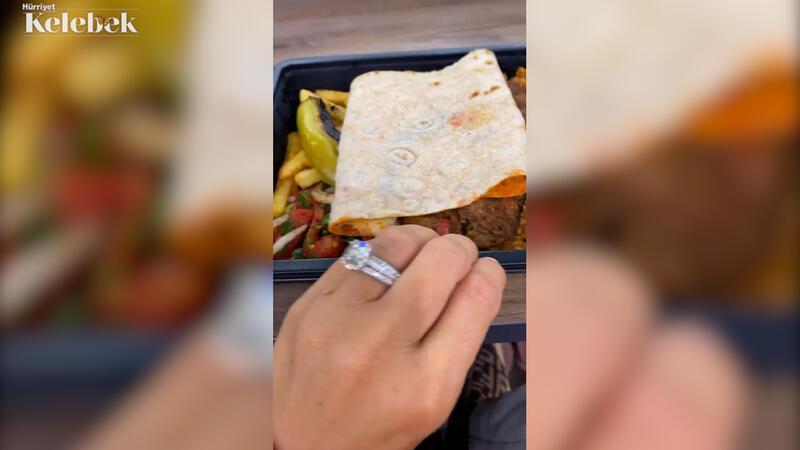 Kebaplar arasında yüzüğüyle gösteriş yaptı