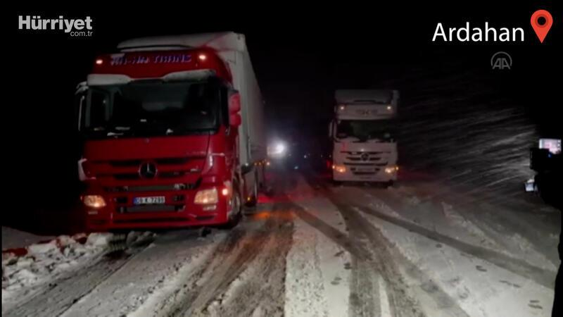 Şavşat kara yolundaki kar yağışı ve tipi ulaşımı aksattı