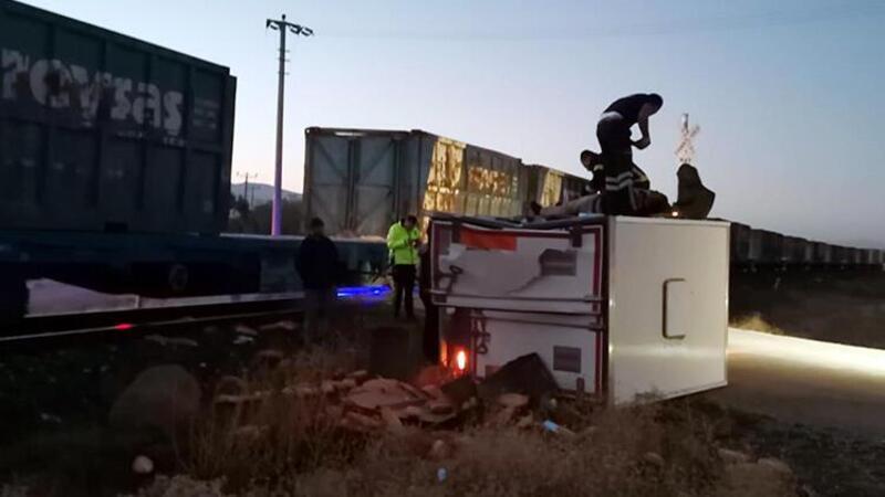 Afyonkarahisar'da yük treni, hemzemin geçitte kamyonete çarptı