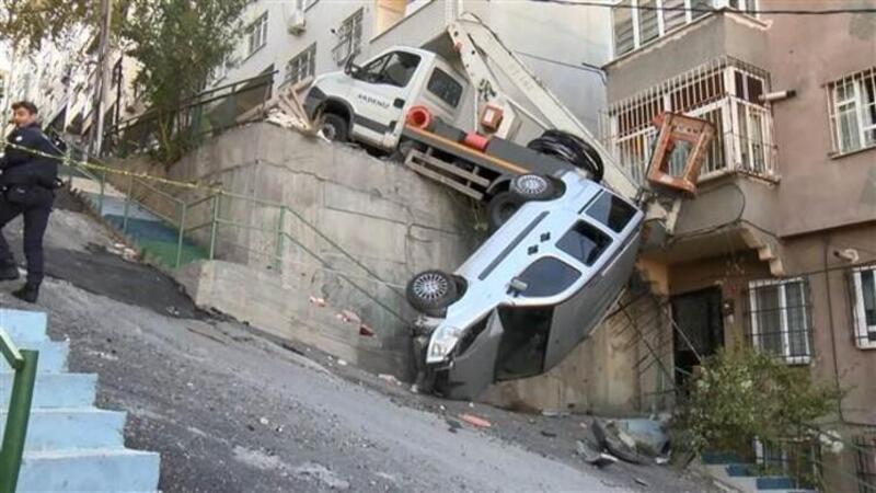 Eyüpsultan'da elektrik bakım aracı yokuştan aşağı kaydı facianın eşiğinden dönüldü