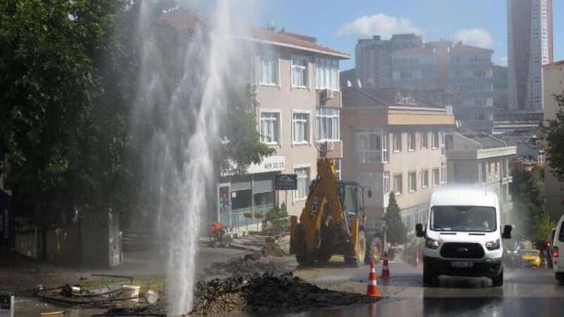 Ataşehir'de boru patladı! Sular metrelerce yükseldi