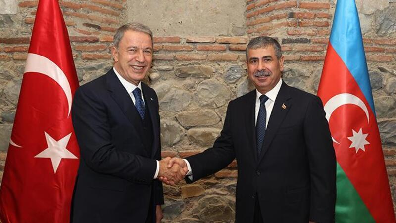 Bakan Akar, Azerbaycan Savunma Bakanı Hasanov ile bir araya geldi