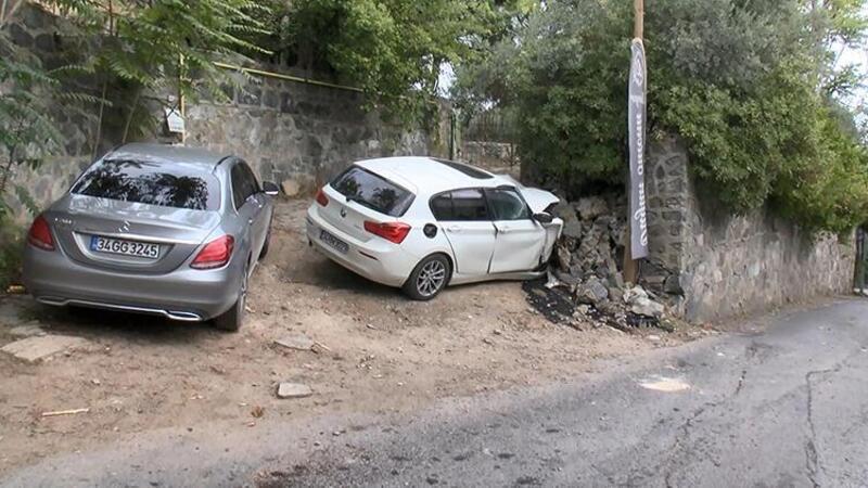 Sarıyer'de istinat duvarına çarpan otomobil hurdaya döndü