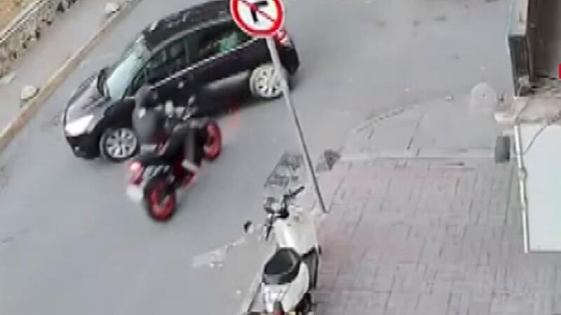 Kadıköy'de feci kaza! Motosikletli yola savruldu