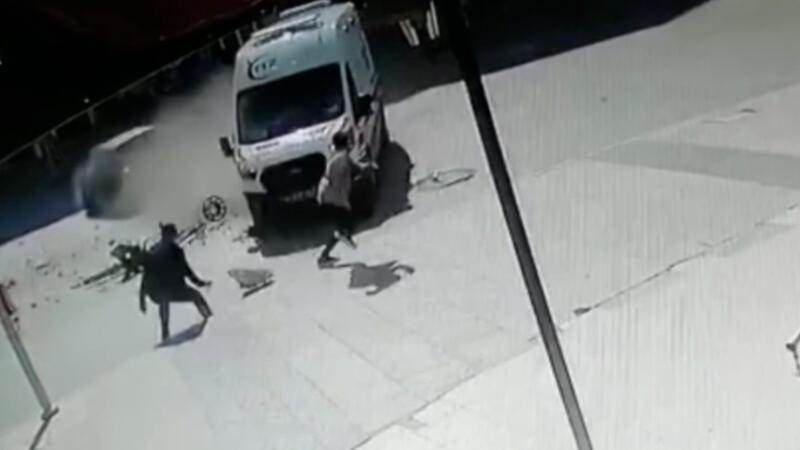 İki gencin kazadan son anda kurtulması kamerada