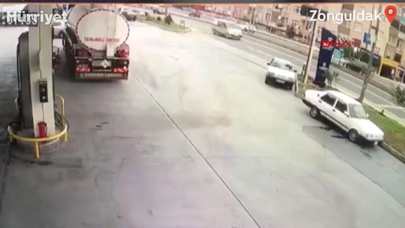 El freni çekilmeyen otomobil hareketlenip trafiği birbirine kattı