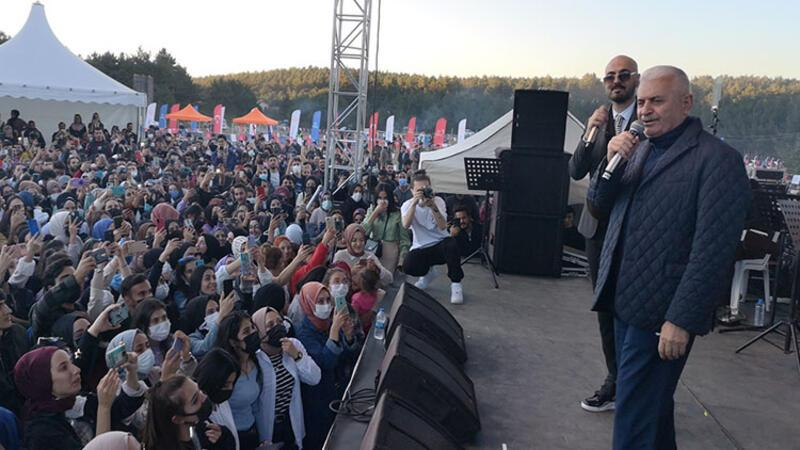 AK Parti Genel Başkanvekili Binali Yıldırım, şarkıcı Soner Sarıkabadayı ile düet yaptı