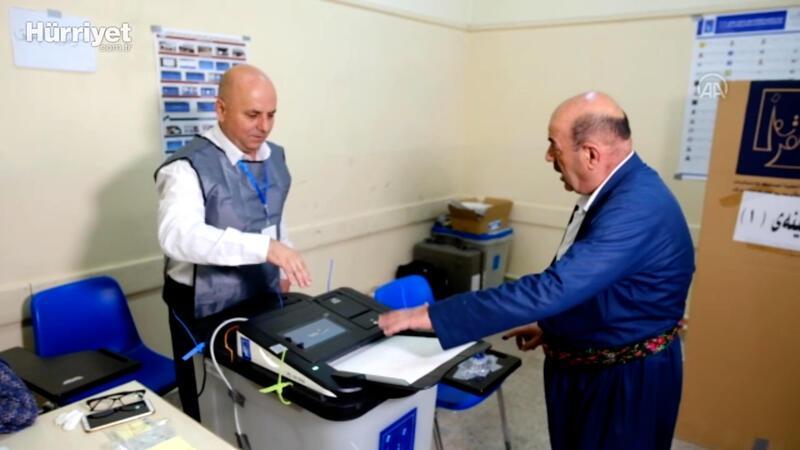 Iraklılar, oy kullanmak için sandık başında