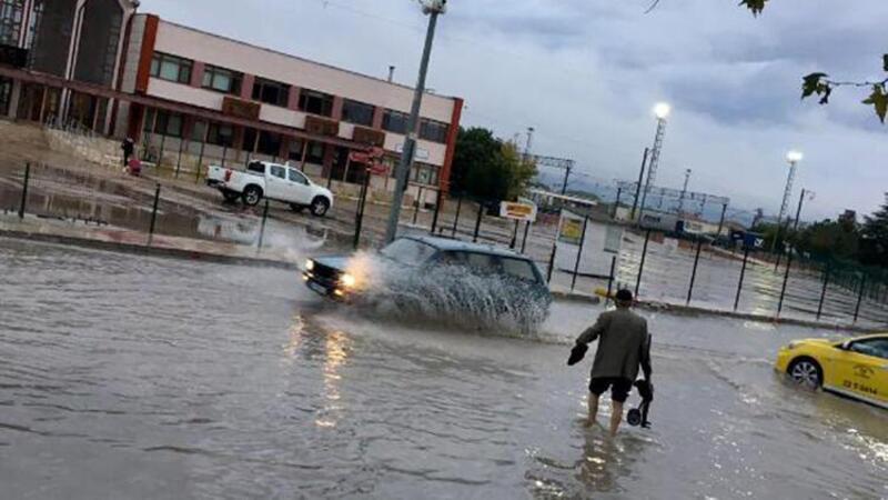 Edirne'de sağanak yağış nedeniyle ev ve iş yerlerini su bastı