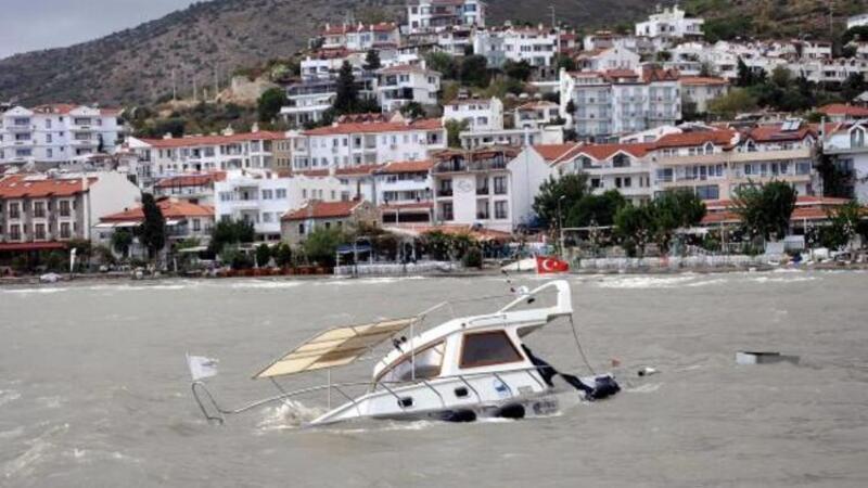 Datça'yı fırtına vurdu, tekne battı