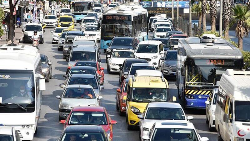 Antalya'da otomobil takla attı, trafik kilit!