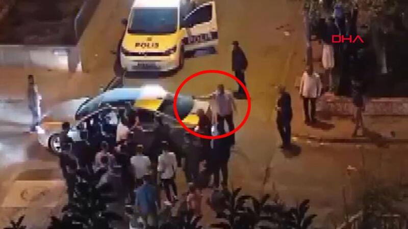 Sokakta tartışan iki grubu, polis memuru biber gazıyla dağıttı