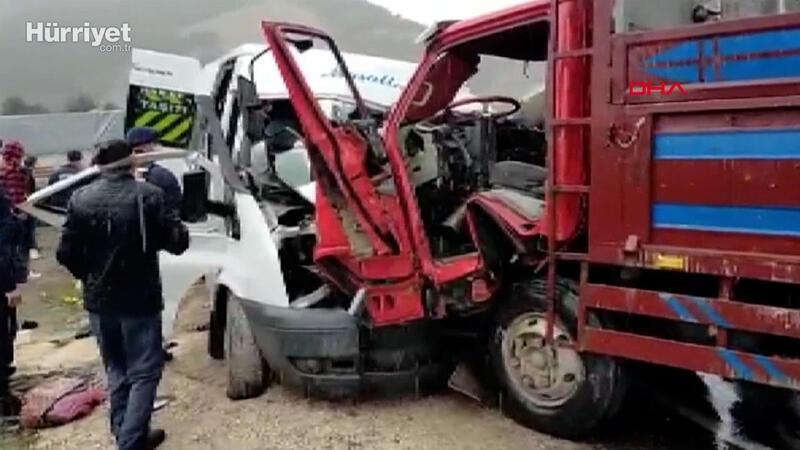 Tokat'ta servis minibüsü kamyonetle çarpıştı 2 ölü