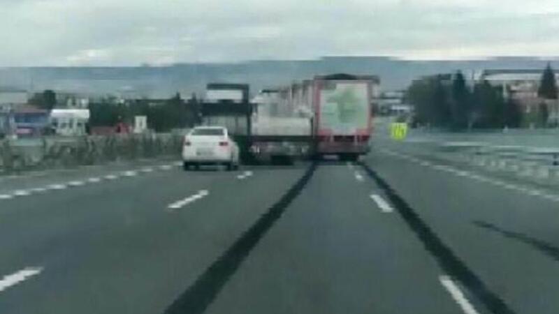 Ankara'da TIR sürücülerinin 'yol verme' inatlaşması kazayla bitti