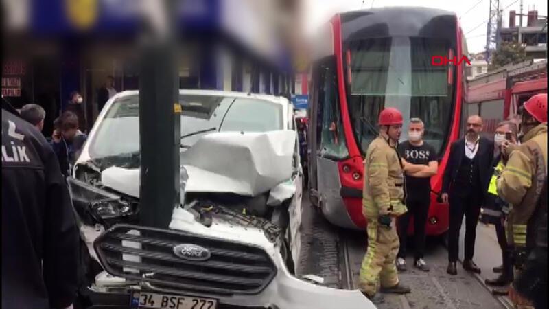 Zeytinburnu'nda tramvayla panelvan araç çarpıştı