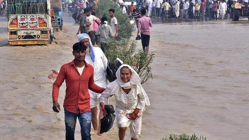 Hindistan'ı sel vurdu: 85 kişi hayatını kaybetti!