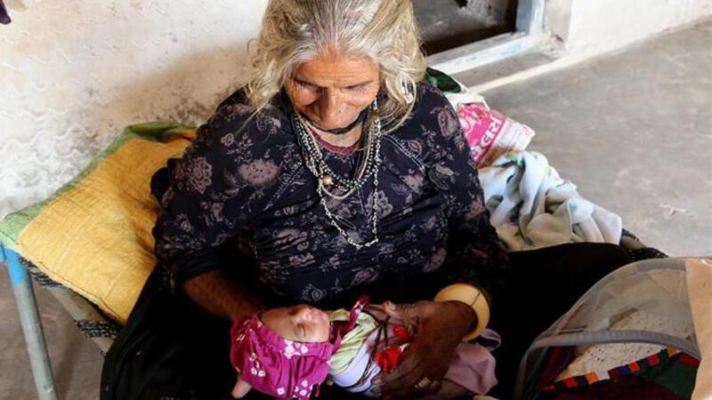 Hindistan'da 70 yaşındaki Jivunben Rabari, ilk çocuğunu dünyaya getirdi