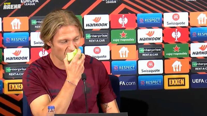 Fenerbahçe'nin rakibinden görülmemiş hareket! Viktor Fischer basın toplantısında elma yedi...