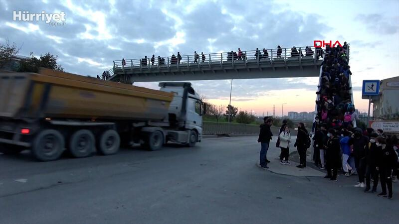 Sultangazi'de okul yolundan geçen hafriyat kamyonları tedirgin ediyor