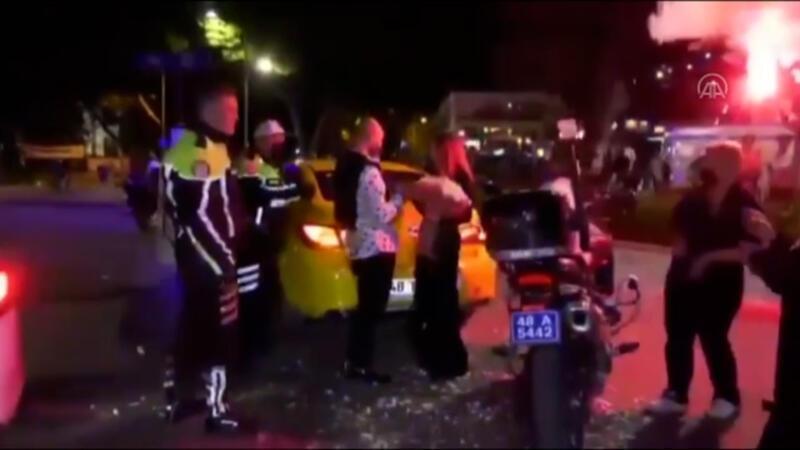 Evlilik teklifi yapmak isteyen taksiciye polis ekipleri yardım etti