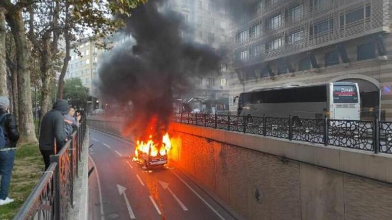 Şişli'de servis minibüsü alev alev yandı