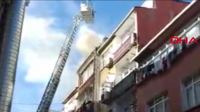 Fatih'te binanın çatısında yangın