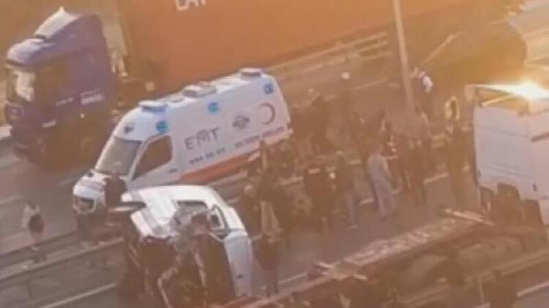 Beylikdüzü'nde TIR'a arkadan çarpan servis minibüsü devrildi