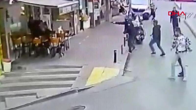 Silahlı ve döner bıçaklı saldırganlara karşı sandalye ile direndi
