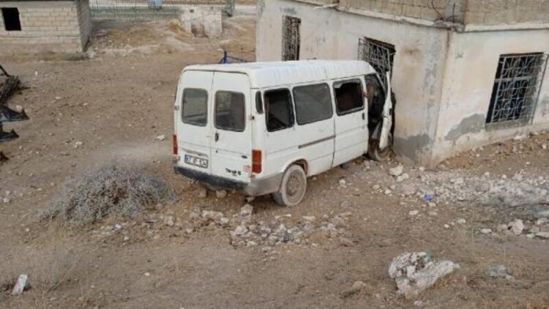 Tarım işçilerini taşıyan minibüs eve çarptı: 15 yaralı