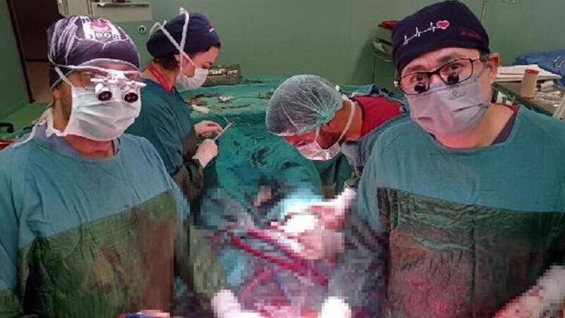 Aort damarı 3 kat büyüyen hastaya, 8 saatlik ameliyatla sentetik damar takıldı